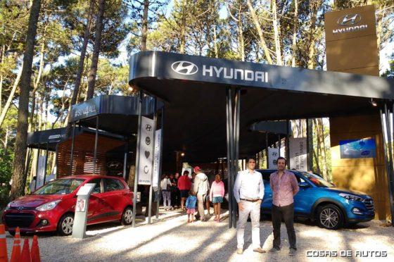 Ernesto Cavicchioli, vice-presidente, y Santiago Rodríguez, responsable comercial, posan orgullosos delante del stand de Hyundai en Cariló.
