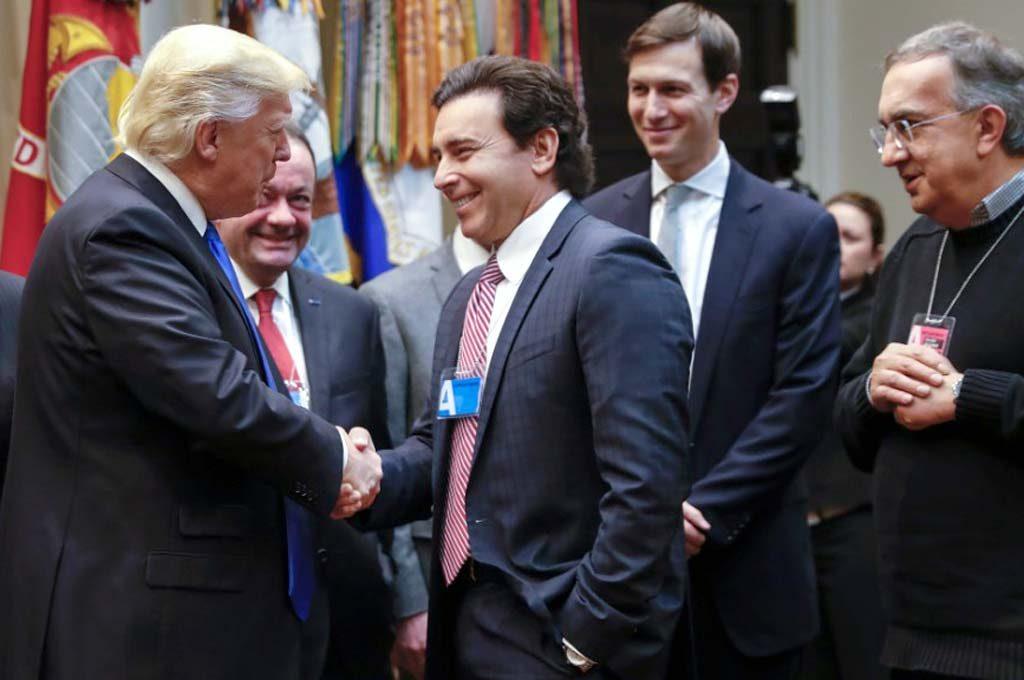 Trump saluda a Fields y a Marchionne en la Casa Blanca.