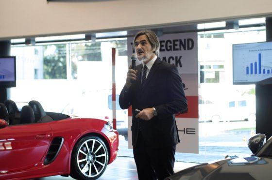 Gustavo Gioia junto a los nuevos Porsche 718