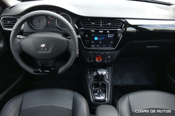 Interior del Peugeot 301 VTi Allure Plus AT6