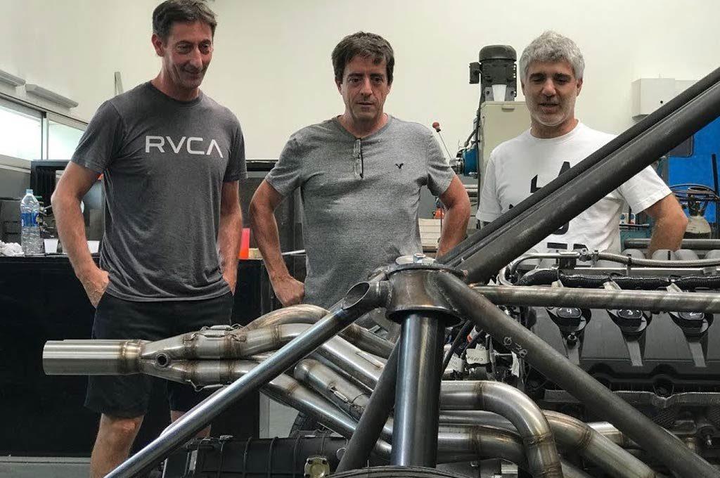 Fede Villagra, Orestito Berta y Javier Ciabattari observan el V8 del SuperCARX.